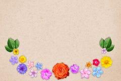 Piękna dekoracja kwiatów rama z pustym w centrum na pomarańczowym projekta papieru tle Kwiecisty skład wiosna lub lato Zdjęcia Royalty Free