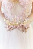 Piękna delikatna korona w stylu sztuki piękna przy ręki dziewczyny panną młodą Obraz Stock