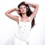 Piękna dj kobieta z długim czarni włosy w bielu zdjęcie stock