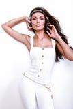 Piękna dj kobieta z długim czarni włosy w bielu fotografia royalty free