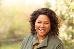 Piękna dojrzała amerykanin afrykańskiego pochodzenia kobieta uśmiechnięta i roześmiana zdjęcia stock