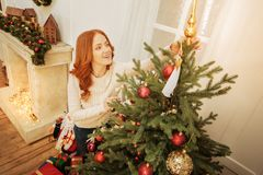 Piękna dojrzała dama dekoruje choinki w domu zdjęcie stock