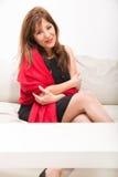 Piękna dojrzała kobieta na kanapie w domu obraz royalty free