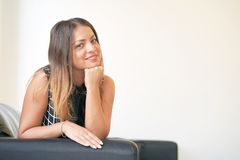 Piękna dojrzała kobieta ono uśmiecha się przy kamerą pokazuje pozytywną postawę obraz stock