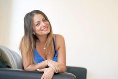Piękna dojrzała kobieta ono uśmiecha się przy kamerą pokazuje pozytywną postawę obrazy royalty free