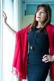 Piękna dojrzała kobieta patrzeje z okno fotografia royalty free