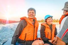 Piękna dojrzała para chodzi na motorboat przychodzić na gorącym letnim dniu obrazy stock