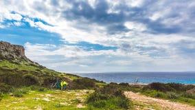 Piękna dolina morzem Wlec prowadzić wzdłuż wybrzeża Seascape w Cypr Ayia Napa fotografia stock