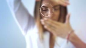 Piękna dorosła brunetki kobieta przy kliniką sprawdza jej wzrok zdjęcie wideo
