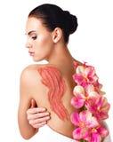 Piękna dorosła kobieta dba o skórze ciało używa kosmetyka sc Obrazy Royalty Free