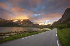 Piękna droga jechać podczas midnight słońca w północnym Norwegia Zdjęcia Stock