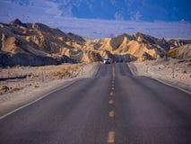 Piękna droga przez Śmiertelnego Dolinnego parka narodowego w Kalifornia KALIFORNIA, PAŹDZIERNIK - 23, 2017 - ŚMIERTELNA dolina - Obraz Royalty Free