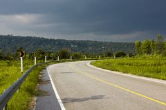 Piękna droga wygina się w górę góry Obraz Stock