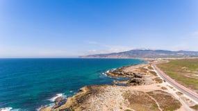 Piękna droga wzdłuż wybrzeża ocean na słonecznym dniu, Portugalia widok z lotu ptaka od trutnia Obrazy Royalty Free