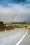 Piękna droga z tęczą w niebieskim niebie, Południowa wyspa, Nowa Zelandia Obrazy Stock