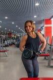 Piękna dysponowana kobieta ćwiczy budynków mięśnie Obraz Stock