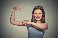 Piękna dysponowana młoda zdrowa wzorcowa kobieta napina mięśnie pokazuje ona siłę Obraz Stock