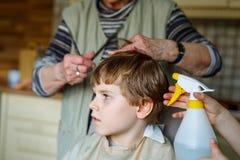 Piękna dzieciak chłopiec z blond hairs dostaje jego pierwszy ostrzyżenie obraz royalty free