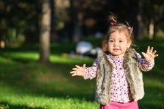 Piękna dzieciak dziewczyna ma zabawę outdoors fotografia royalty free