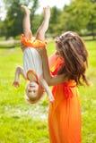 Piękna dziecko outdoors i Szczęśliwy rodzinny bawić się w naturze Mo Zdjęcia Stock