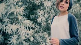 Piękna dziewczyna śpiewa piosenkę blisko zielonego drzewa zdjęcie wideo