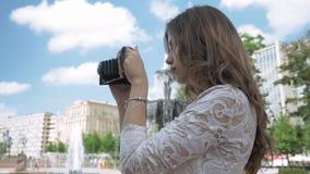 Piękna dziewczyna bierze fotografie miast przyciągania na rocznik kamerze, zbiory