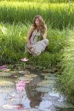 Piękna dziewczyna blisko jeziora z wodnych leluj i ryż polem w Ubud, wyspa Bali, Indonezja Fotografia Royalty Free