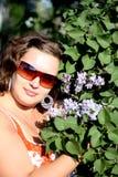 Piękna dziewczyna blisko kwitnących drzew w parku Pojęcie młodość i naturalny piękno Zdjęcie Stock