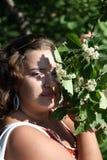 Piękna dziewczyna blisko kwitnących drzew w parku Pojęcie młodość i naturalny piękno Zdjęcie Royalty Free
