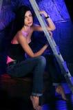 Piękna dziewczyna blisko schodków w cajgach i wierzchołek na cajgach popieramy zdjęcie royalty free