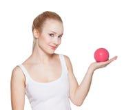Piękna dziewczyna blondynka trzyma piłkę na palmie Obrazy Royalty Free