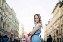 Piękna dziewczyna chodzi w mieście fotografia royalty free