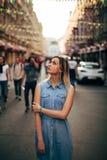 Piękna dziewczyna chodzi w mieście obrazy stock