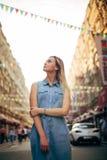 Piękna dziewczyna chodzi w mieście zdjęcia royalty free