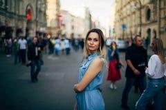 Piękna dziewczyna chodzi w mieście obraz stock