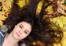 Piękna dziewczyna cieszy się naturę w jesień lesie obrazy stock