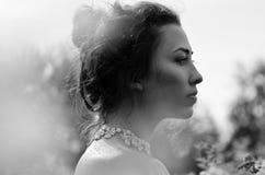 Piękna dziewczyna czarny i biały portret zdjęcia royalty free