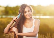 Piękna dziewczyna czesze jej włosy Obrazy Stock