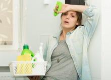 Piękna dziewczyna czyści up jej dom Fotografia Stock