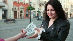 Piękna dziewczyna daje łapówce wiązce dolary Kobieta robi przestępstwa nacierania rękom przed robić pieniądze prores, wolni zbiory wideo