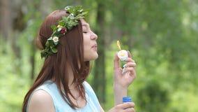 Piękna dziewczyna dmucha mydlanych bąble zbiory wideo