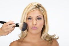 Piękna dziewczyna dostaje ona makeup robi Zdjęcia Royalty Free