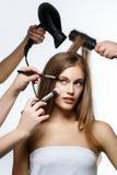 Piękna dziewczyna dostaje włosy i makeup Zdjęcie Royalty Free