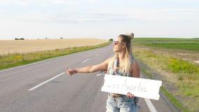Piękna dziewczyna hitchhiking na drogi podróżować zbiory