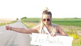 Piękna dziewczyna hitchhiking na drogi podróżować zdjęcie wideo