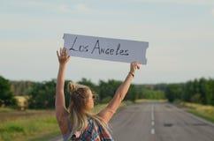 Piękna dziewczyna hitchhiking na drogi podróżować fotografia royalty free