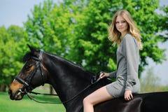 Piękna dziewczyna i koń w wiosna ogródzie Obrazy Stock