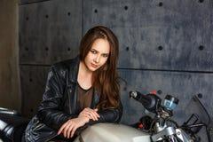 Piękna dziewczyna i motocykl w studiu obrazy royalty free