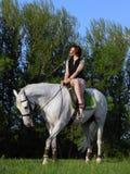 Piękna dziewczyna i szarość koń w lecie wypasamy Fotografia Royalty Free