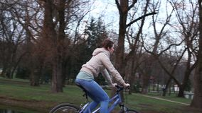 Piękna dziewczyna jedzie rower zbiory wideo